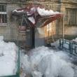 Козырек подъезда на улице Бекетова обвалился под тяжестью снега